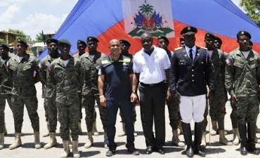 Port-au-Prince ! Dimanche 13 Juillet 2014.- Le chef du gouvernement Laurent Lamothe, a visité samedi les travaux réalisés par les membres du corps de génie militaire, campés à Petite Rivière de l'Artibonite, pour offrir un meilleur cadre de vie à la population de la zone, a appris Haïti Inter Presse. A la tête d'une délégation gouvernementale composée entre autres du ministre de la Défense, Lener Renauld et du Conseiller spécial du Président de la République, Youri Latortue, le Premier ministre a, d'emblée, félicité les jeunes soldats pour leur détermination et leurs actions qui ont permis la construction d'environ trois tronçons de route et d'autres infrastructures de base, notamment la rue Louverture et la place du fort de « La Crête à Pierrot », haut lieu symbolique de la ville. Tous ces travaux, ainsi que l'exécution d'un projet d'adduction d'eau potable avec très peu de moyen, fait remarquer le chef du gouvernement, témoignent de l'importance de renforcer nos capacités afin d'améliorer les conditions de vie des plus vulnérables, lit-on dans une note de presse du bureau de communication de la Primature. La défense du pays doit être assurée par ses fils et ses filles. Aussi l'initiative du ministère de la Défense de supporter les actions de ce corps de Génie militaire qui œuvre pour dynamiser le processus de développement engagé à Petite Rivière de l'Artibonite, est un signal fort envoyé par le Gouvernement en vue de permettre à Haïti de recouvrer sa souveraineté économique et sécuritaire, a déclaré le Premier ministre Lamothe. Il a également souligné la contribution de ces jeunes soldats dans la lutte contre le chikungunya, tout en les invitant à se tenir prêts à secourir la population durant la saison cyclonique. L'Administration Martelly et le Gouvernement Lamothe entend insuffler un nouvel état d'esprit et une nouvelle conception de la défense qui prend en compte la participation de tous les citoyens et citoyennes du pays. La tenue bientôt, à la Capitale, d'u