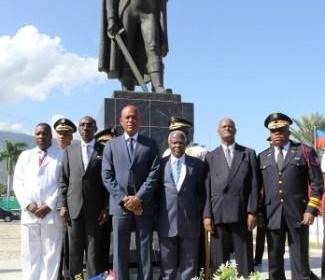 Photo 2 souvenir avec les officiels au pied du monument de Toussaint Louverture au Champ de Mars