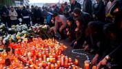 Incendie à Bucarest: bougies, fleurs et interrogations sur la sécurité