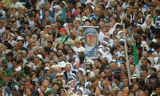 Image de Mère Teresa 2 des-dizaines-de-milliers-de-fideles-reunis_31f9c2a18a436ce458996028be59175a