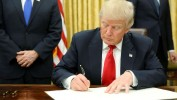 Donald Trump signe un premier décret présidentiel sur l'Obamacare