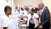 Le président Moïse visite l'Unité de Dialyse de l'HUEH et contribue à la reprise de ses activités