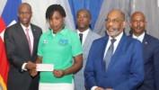 Des chèques remis par le chef de l'Etat Jovenel Moise à 50 jeunes entrepreneurs dans le cadre du PAPEJ